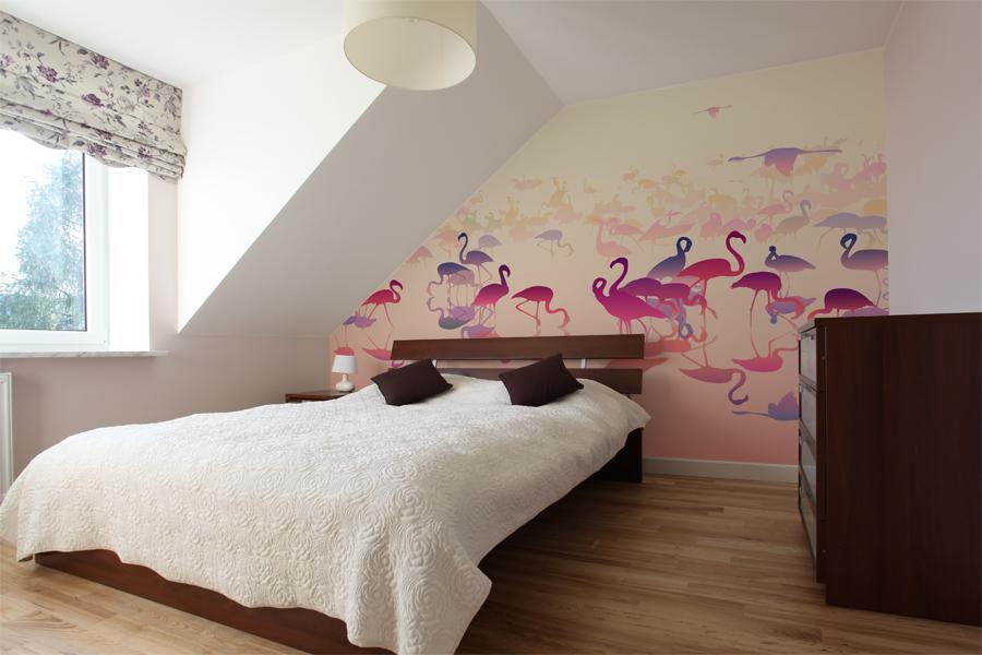 sypialnia pod skosem - fototapeta flamingi